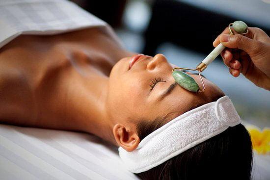 massage du visage avec jade roller
